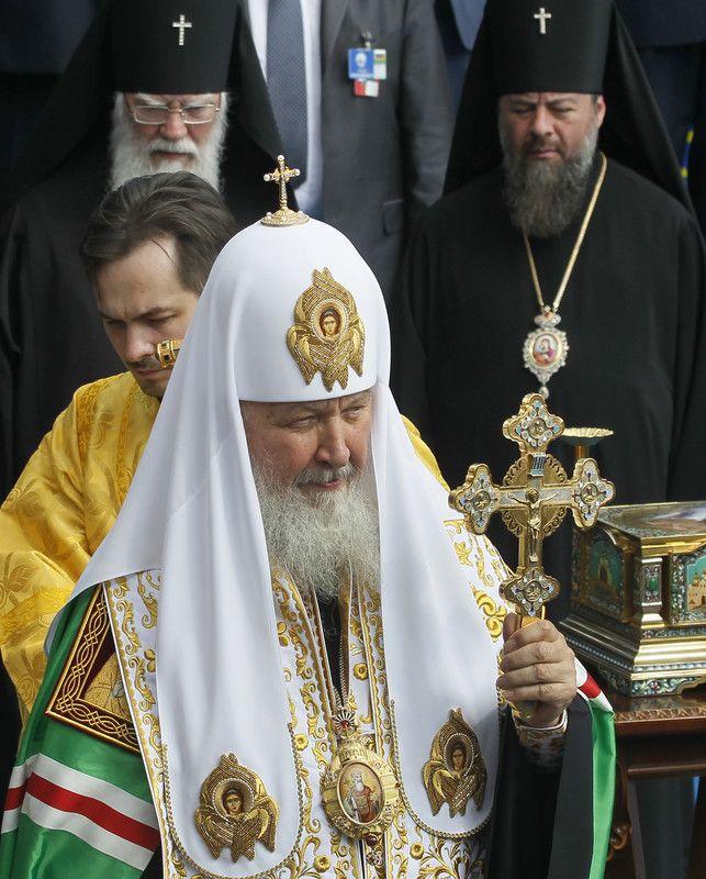 Патриарх Кирилл благословляет верующих во время молебна на Владимирской горке