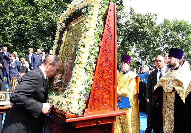 Президент РФ Владимир Путин прикладывается к иконе во время молебна