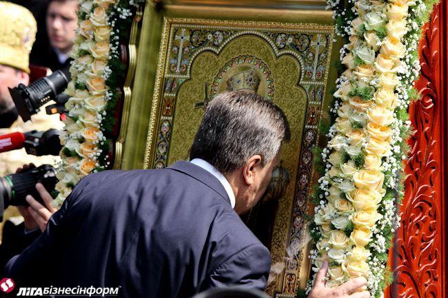 Президент Виктор Янукович целует икону во время молебна