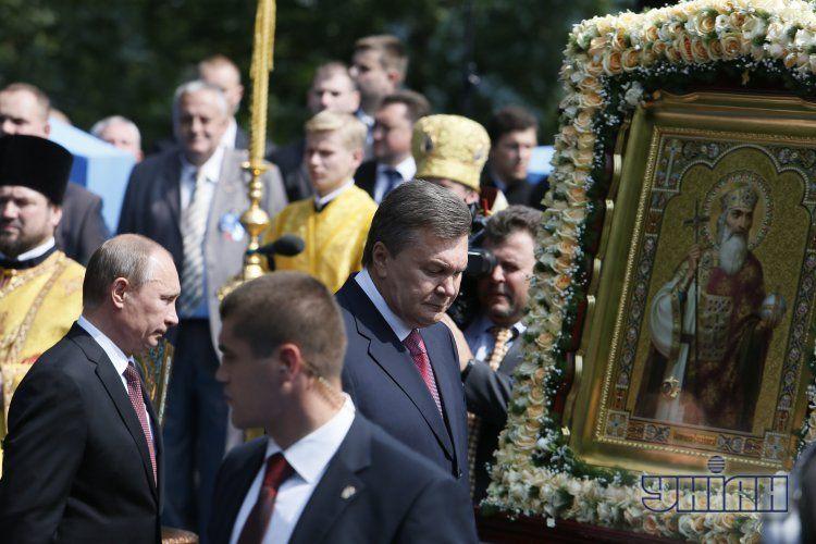 На молебне в Киеве Путин общался с Януковичем и прикладывался к иконе: опубликованы фото