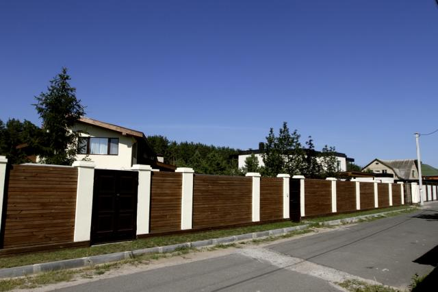 Забор дома, принадлежащего сыну рекотора