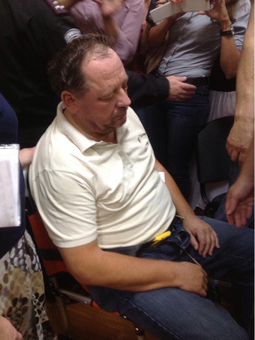 Мельник в суде демонстрировал: он не может сидеть и говорить