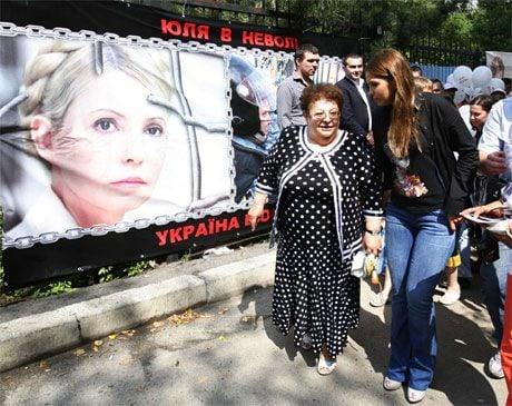 Тетка и дочь Тимошенко перед больницей