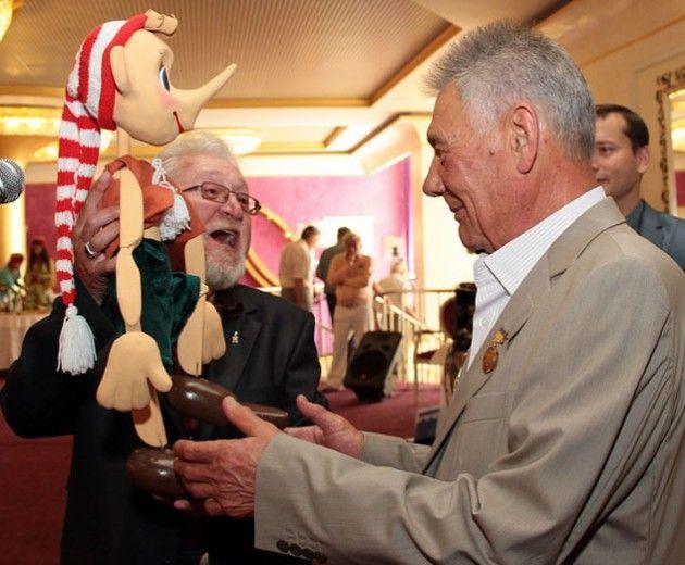 Омельченко отблагодарили за кукольный театр