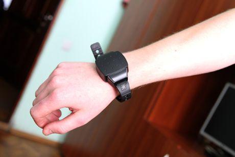 Электронный браслет, иллюстрация