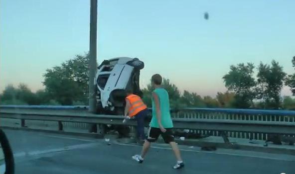 ДТП в Киеве: легковушка чуть не улетела с Московского моста, опубликовано видео