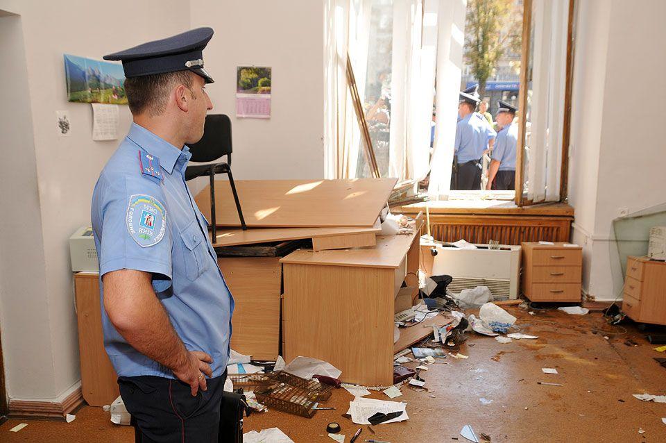 Оппозиционеров обвиняют, что они повредили мебель и аппаратуру