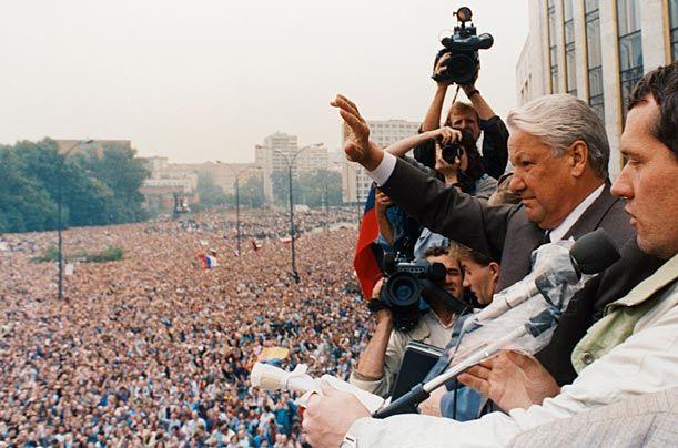 Более половины россиян не отдают предпочтения ни ГКЧП, ни Борису Ельцину.