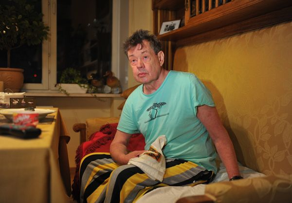 Николай Караченцов уже после больницы находится на даче