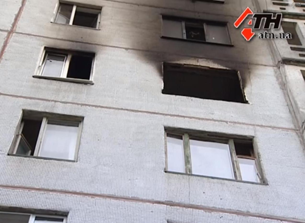 В квартире сгорели три комнаты, но уцелела кухня