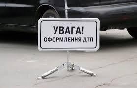 В Киеве сотрудник посольства России врезался в припаркованную машину