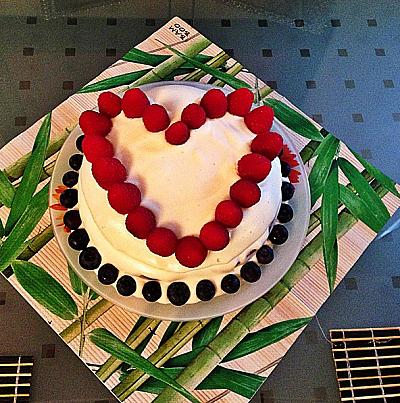 Лера Кудрявцева испекла молодому мужу торт на день рождения