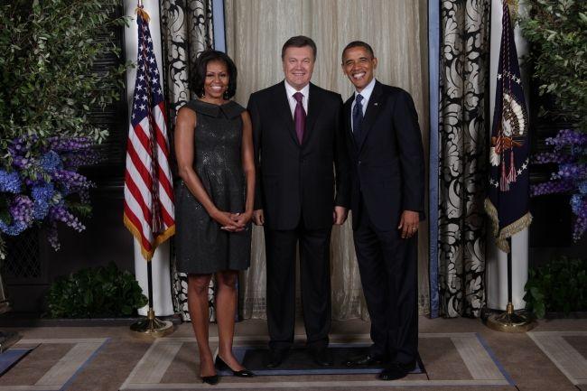 Виктор Янукович, Мишель и Барак Обама. Иллюстрация