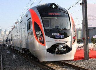 В Киеве поезд Hyundai на высокой скорости сбил мужчину