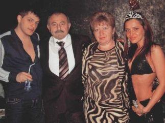 В центре - Иосиф и Ирина Файнгольд