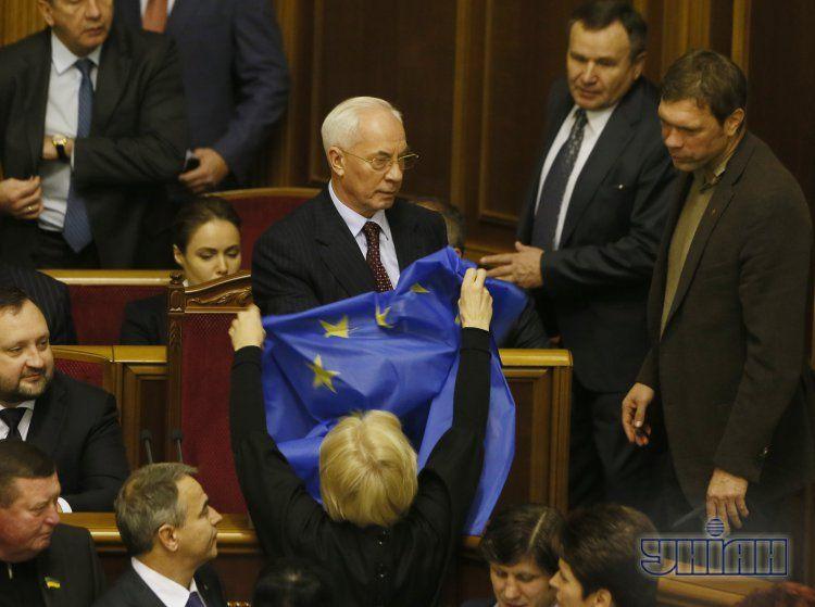 Николай Азаров в окружении недовольной его решением оппозиции