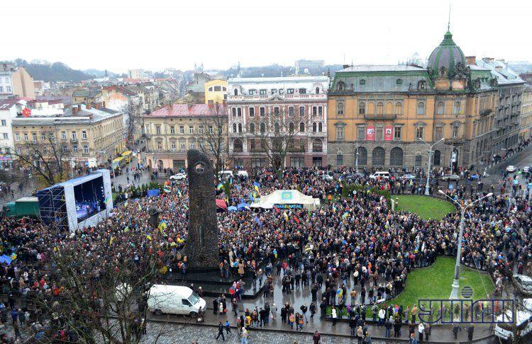 В центре Львова собралось 10 тысяч митингующих.