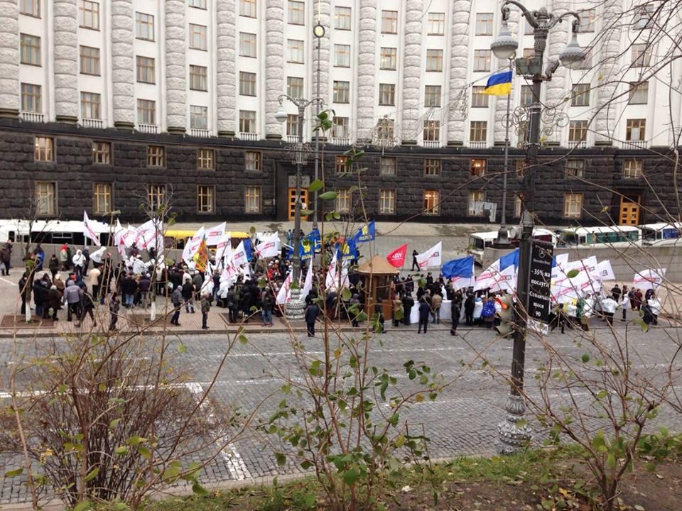 Около 150 человек пикетируют Кабмин.