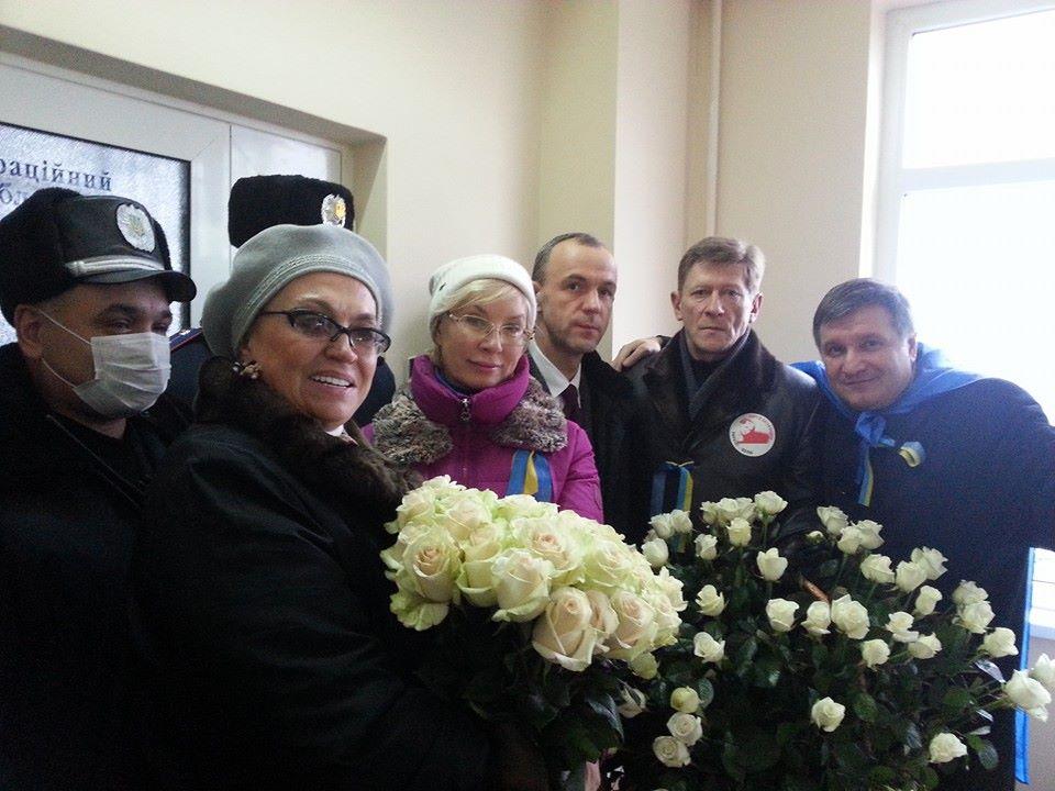 Нардепы принесли Тимошенко цветы в день рождения:  Александра Кужель, Людмила Денисова, Андрей Кожемякин, Роман Забзалюк та Aрсен Аваков