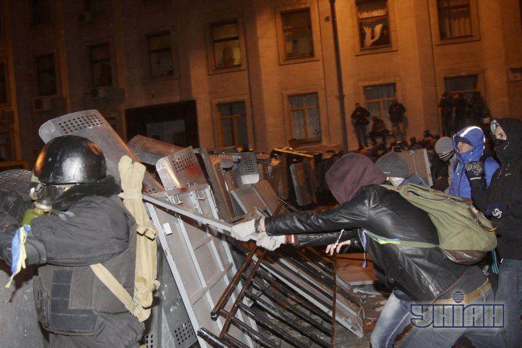 На Банковой провокаторы спровоцировали толпу на штурм