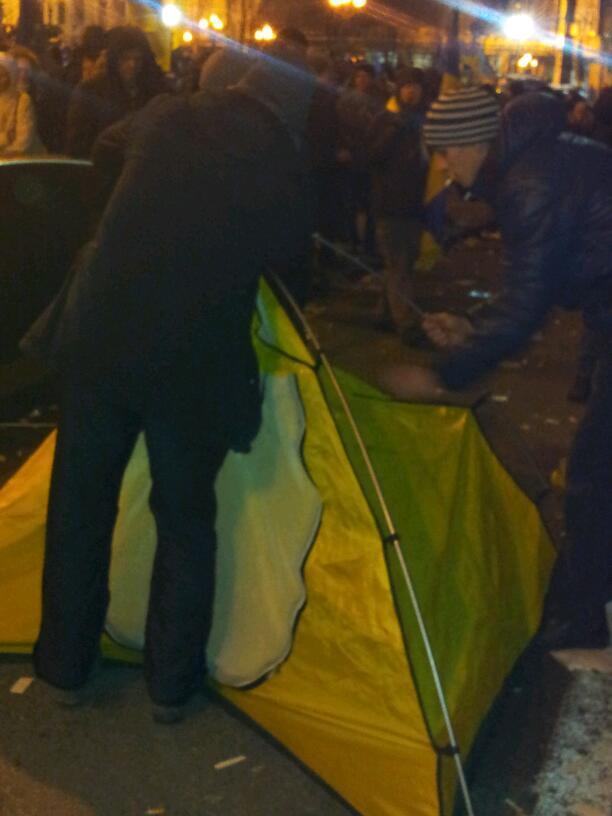 На Майдане уже ставят палатки