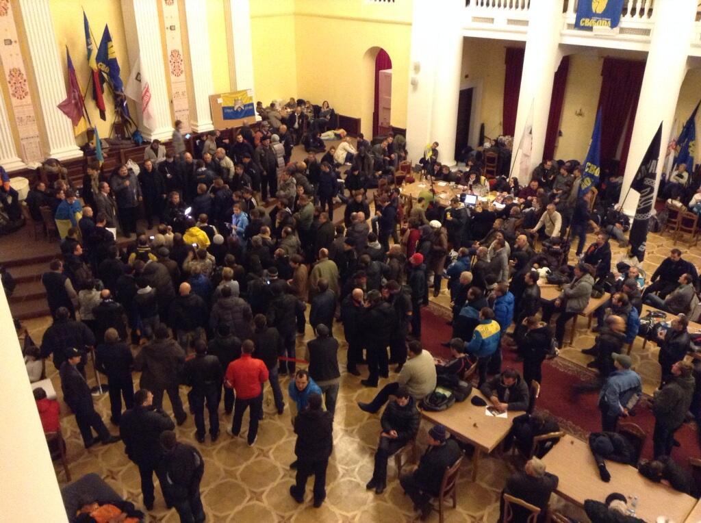 Митингующие в здании КГГА