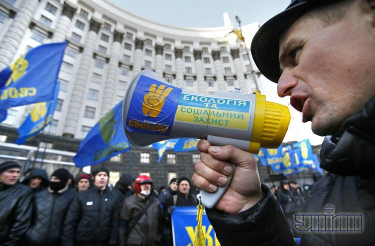 Под Кабмином проходит митинг за отставку Азарова