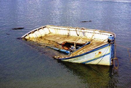 Затонувшая лодка. иллюстрация