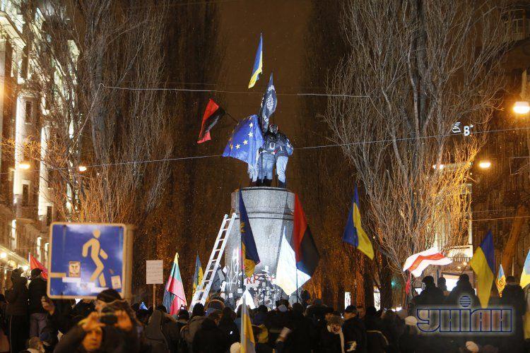 Вместо Ленина установили флаги Украины, УПА и ЕС