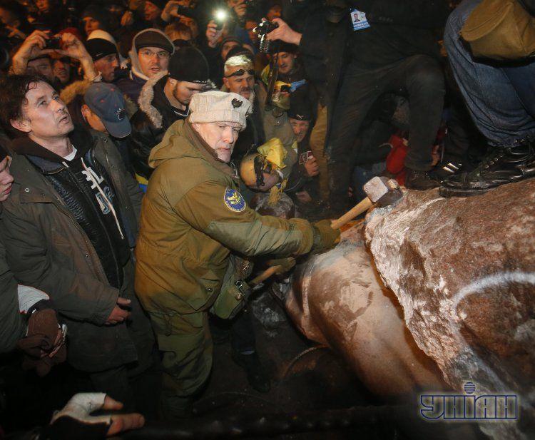 Уничтожение памятника Ленину, фото с места событий