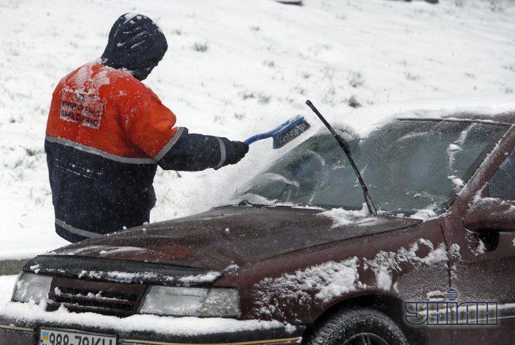 Киев засыпало зимним снегом
