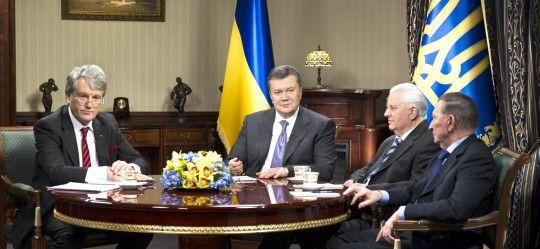 Виктор Янукович и Леонид Кравчук на встрече 10 декабря