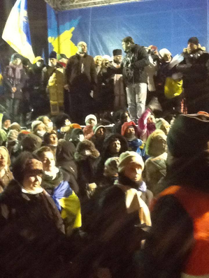 Под сценой Евромайдана собрались сотни людей