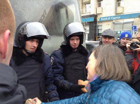 Заместитель госсекретаря США Виктория Нуланд носит чай на Майдане