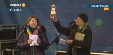 На Майдане Руслане подарили куклу