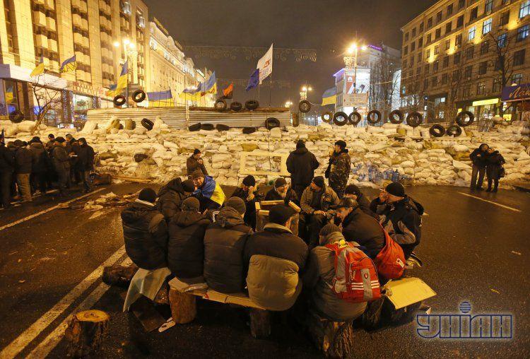 Активисты Евромайдана у ночной баррикады