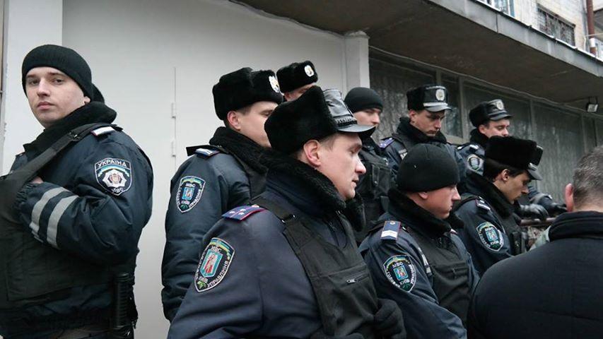Милиция возле ОИК на 223-м округе