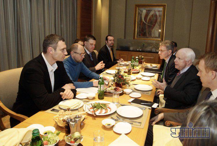 Оппозиционеры провели встречу с сенаторами