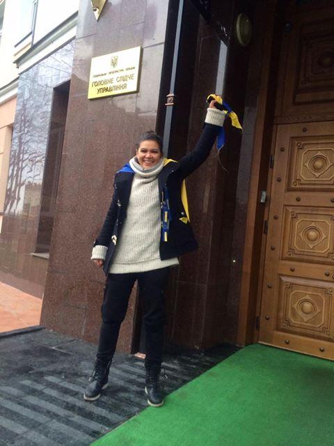 Руслана Лыжичко у входа в ГПУ