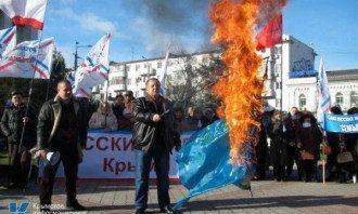 В Крыму сожгли флаг ЕС