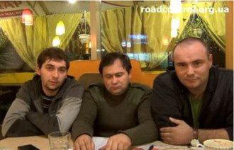 Андрей Дзиндзя (в центре) до ареста. Владимир Моралов (справа) до нападения