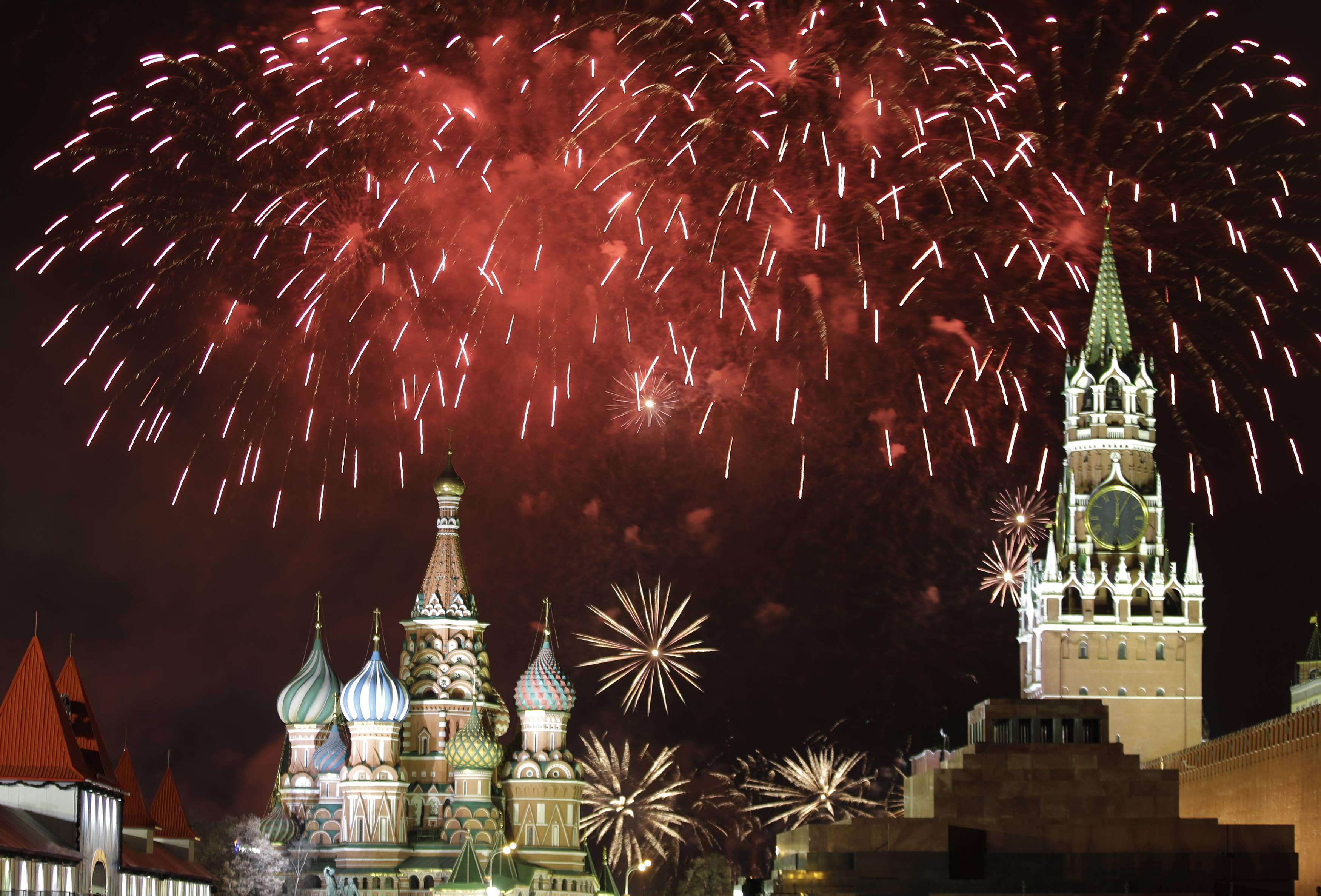 Салют над Красной площадью в Москве