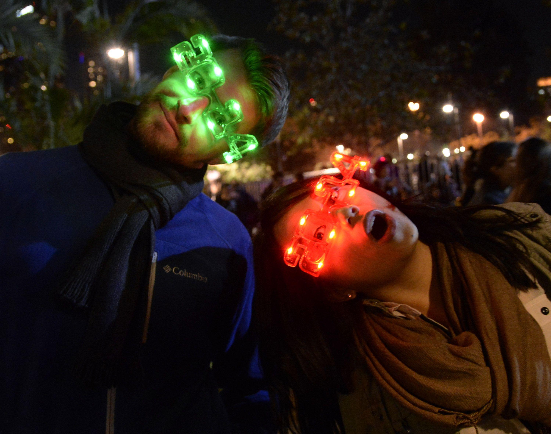 В Лос-Анжелесе праздник встречали в светодиодных очках