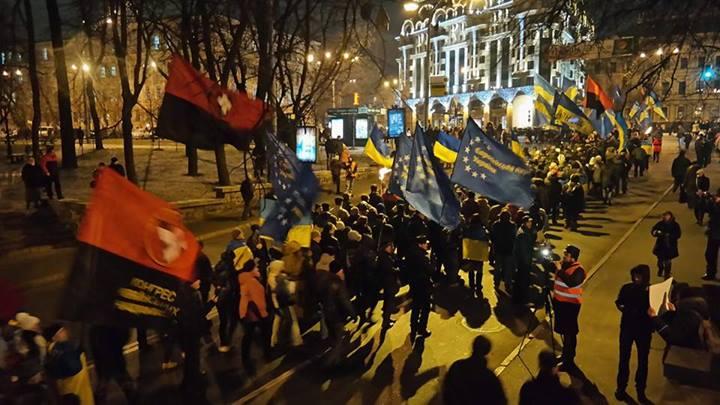 В Киеве прошел факельный марш в честь дня рождения Бандеры: опубликованы фото и видео