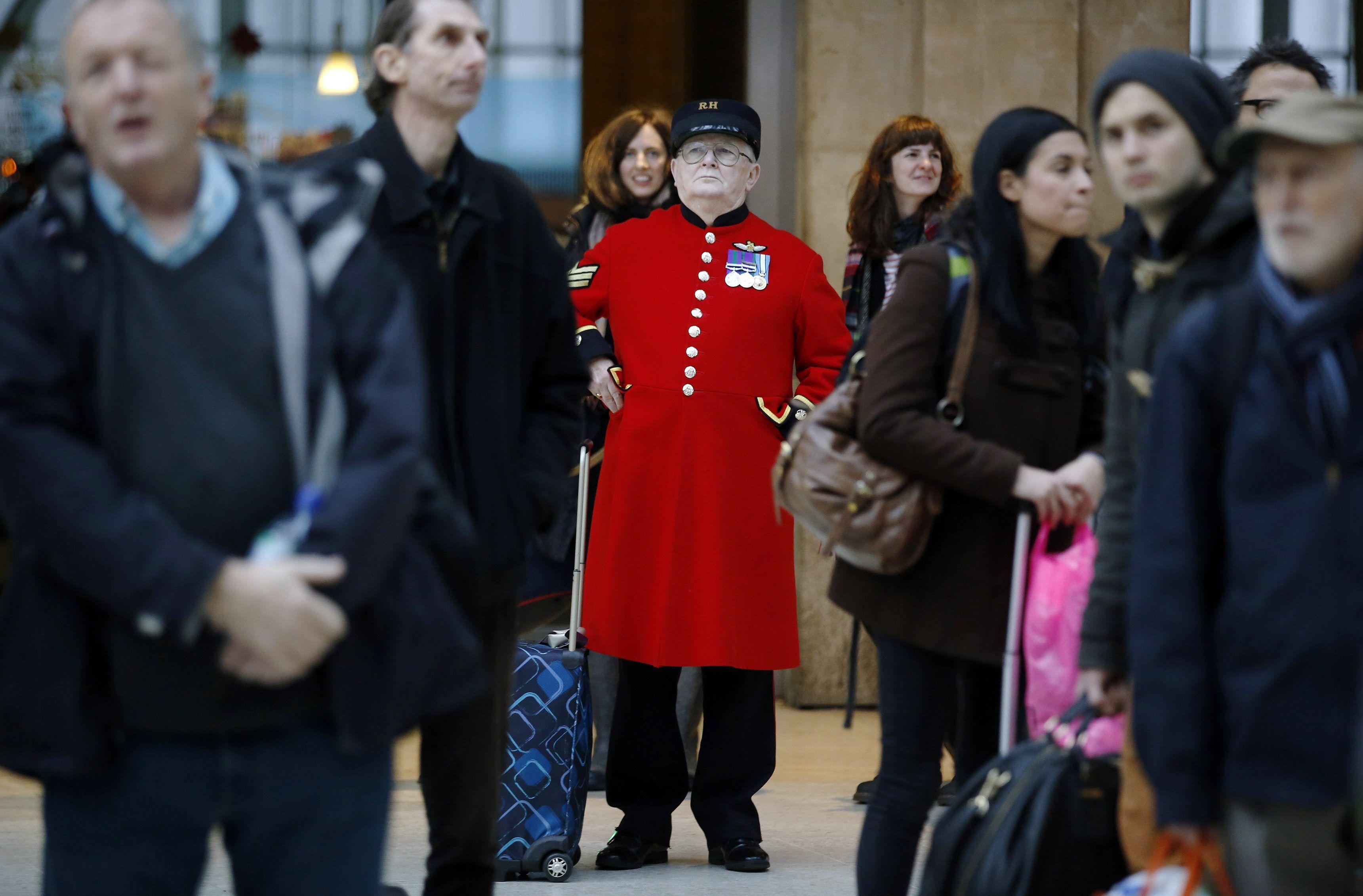 Пасажири аеропорту в Челсі, Лондон.
