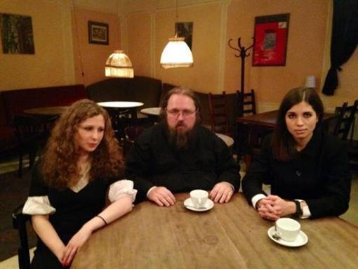 Фото с встречи Кураева и  Pussy Riot
