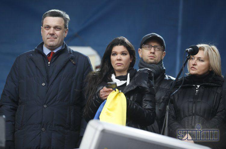 Олег Тягнибок, Руслана, Арсений Яценюк, Ирина Луценко на сцене Евромайдана