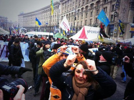 Активисты Майдана пришли в наручниках