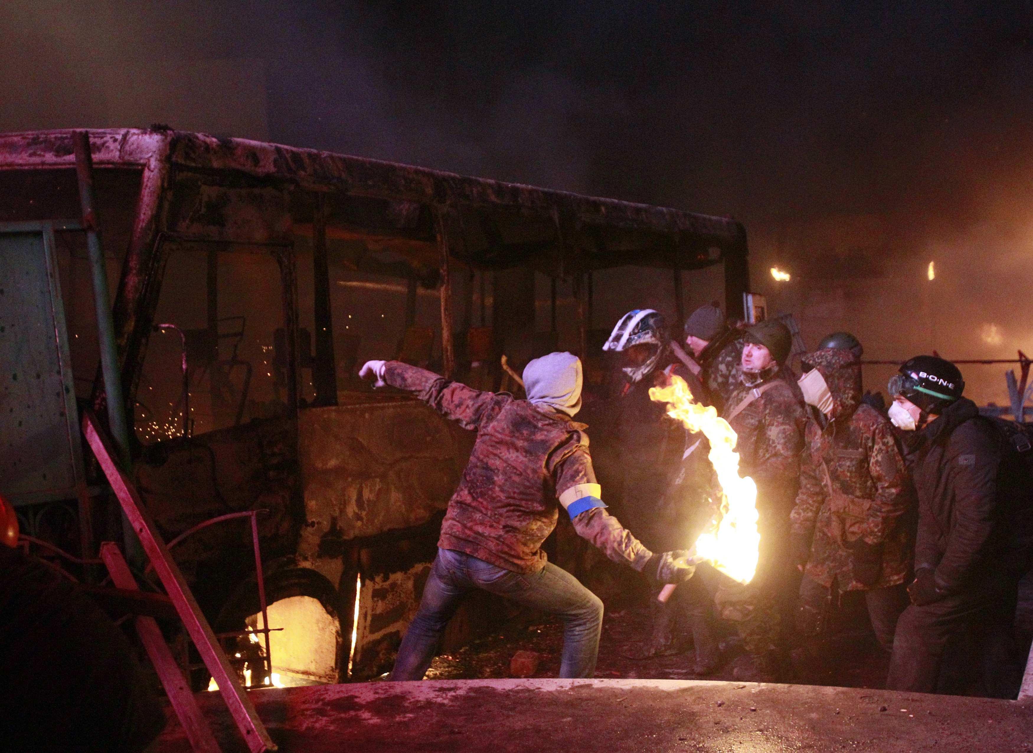Протестующие бросали в милицию коктейли Молотова