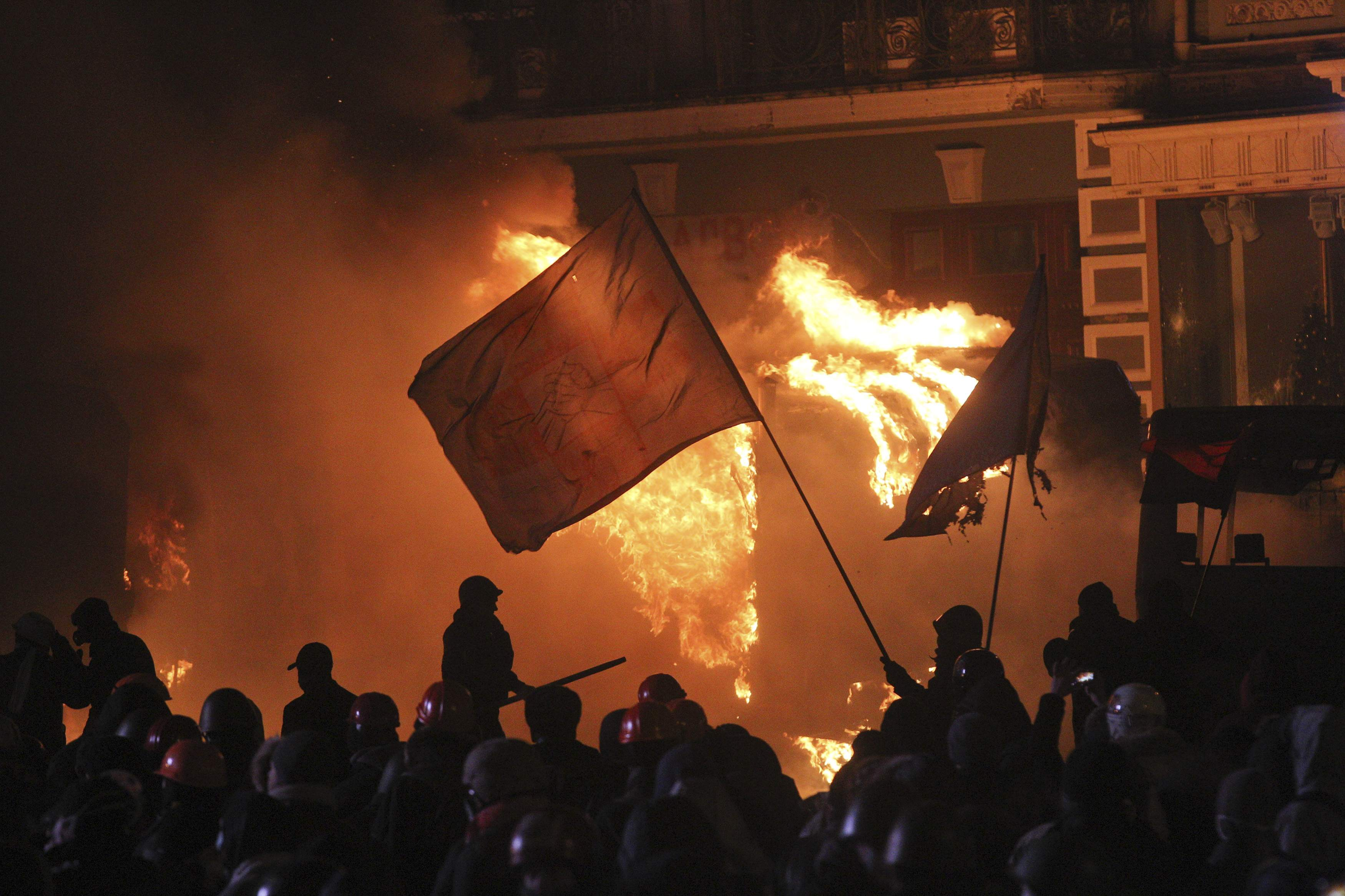 Дым, огонь и водометы: опубликованы новые фото драк в центре Киева